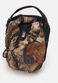 The North Face - BOZER CROSS BODY UNISEX - Across body bag - kelp tan/forest/black - 3