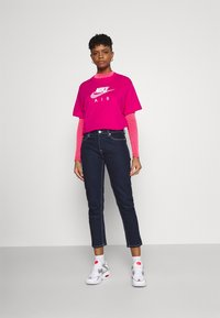 Nike Sportswear - AIR  - Printtipaita - fireberry/white - 1