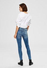 Selected Femme - SKINNY FIT JEANS HIGH WAIST - Jeans Skinny Fit - medium blue denim - 2