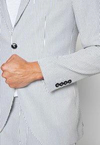 Selected Homme - SLHSLIM YONG WHITE STRIPE SUIT - Oblek - white/blue - 10