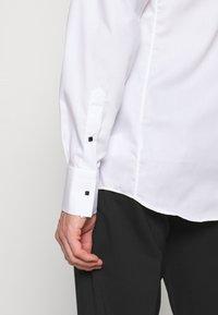 KARL LAGERFELD - SHIRT MODERN FIT - Camicia - white - 3