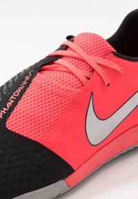 Nike Performance - PHANTOM ACADEMY IC - Indoor football boots - laser crimson/metallic silver/black - 5