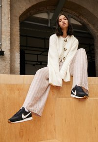 Nike Sportswear - DAYBREAK - Zapatillas - black/summit white/off noir/brown/team orange - 3