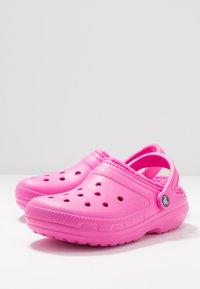 Crocs - CLASSIC LINED - Pantuflas - electric pink - 7