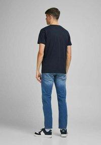 Jack & Jones - JORTYLER TEE CREW NECK  - Print T-shirt - navy blazer - 2