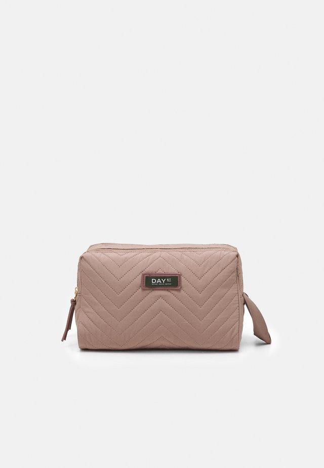 GWENETH CHEWRON BEAUT - Kosmetická taška - antler rose