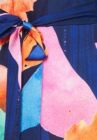 Never Fully Dressed Petite - ARTIST PRINT MARAKESH DRESS - Vapaa-ajan mekko - navy multi - 6