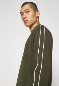 Nike Sportswear - REPEAT CREW - Long sleeved top - cargo khaki - 3