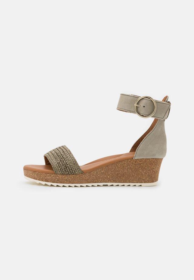 Korkeakorkoiset sandaalit - khaki