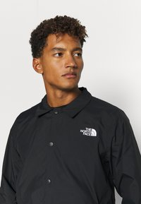 The North Face - WALLS ARE MEANT FOR CLIMBING COACHE - Kuoritakki - black - 3