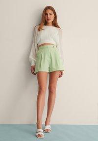 NA-KD - PLEAT DETAIL SHORTS - Shorts - dusty green - 0