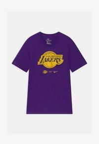 Nike Performance - NBA LA LAKERS ESSENTIAL LOGO UNISEX - Klubové oblečení - purple - 0