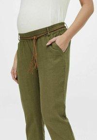 MAMALICIOUS - MLBEACH BELT PANT - Trousers - olivine - 2