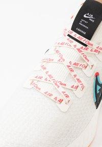 Nike Performance - REACT INFINITY RUN FLYKNIT - Obuwie do biegania treningowe - sail/black/track red/laser orange - 5