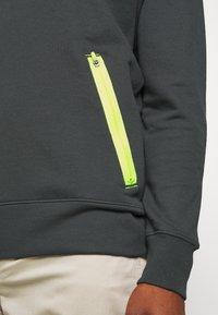 Nike Sportswear - FESTIVAL CREW - Sweatshirts - dark smoke grey/volt - 5
