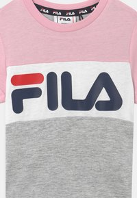 Fila - THEA BLOCKED UNISEX - Print T-shirt - light grey melange/pink mist/bright white - 2