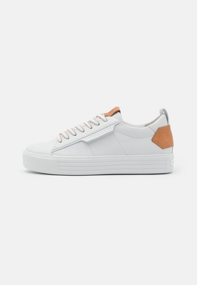 UP - Zapatillas - bianco/caramel