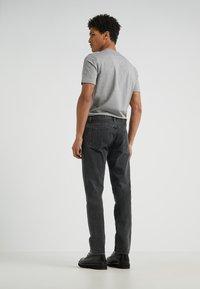 Han Kjøbenhavn - Jeans Tapered Fit - black stone wash - 2