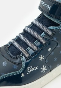 Geox - DISNEY FROZEN SKYLIN GIRL  - Zapatillas altas - navy/sky - 5