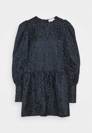 LEOPARD MINI DRESS - Koktejlové šaty/ šaty na párty - navy