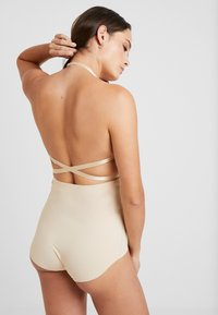 MAGIC Bodyfashion - MAGIC MULTI WAY BRA - Sujetador sin tirantes/multiescote - latte - 5
