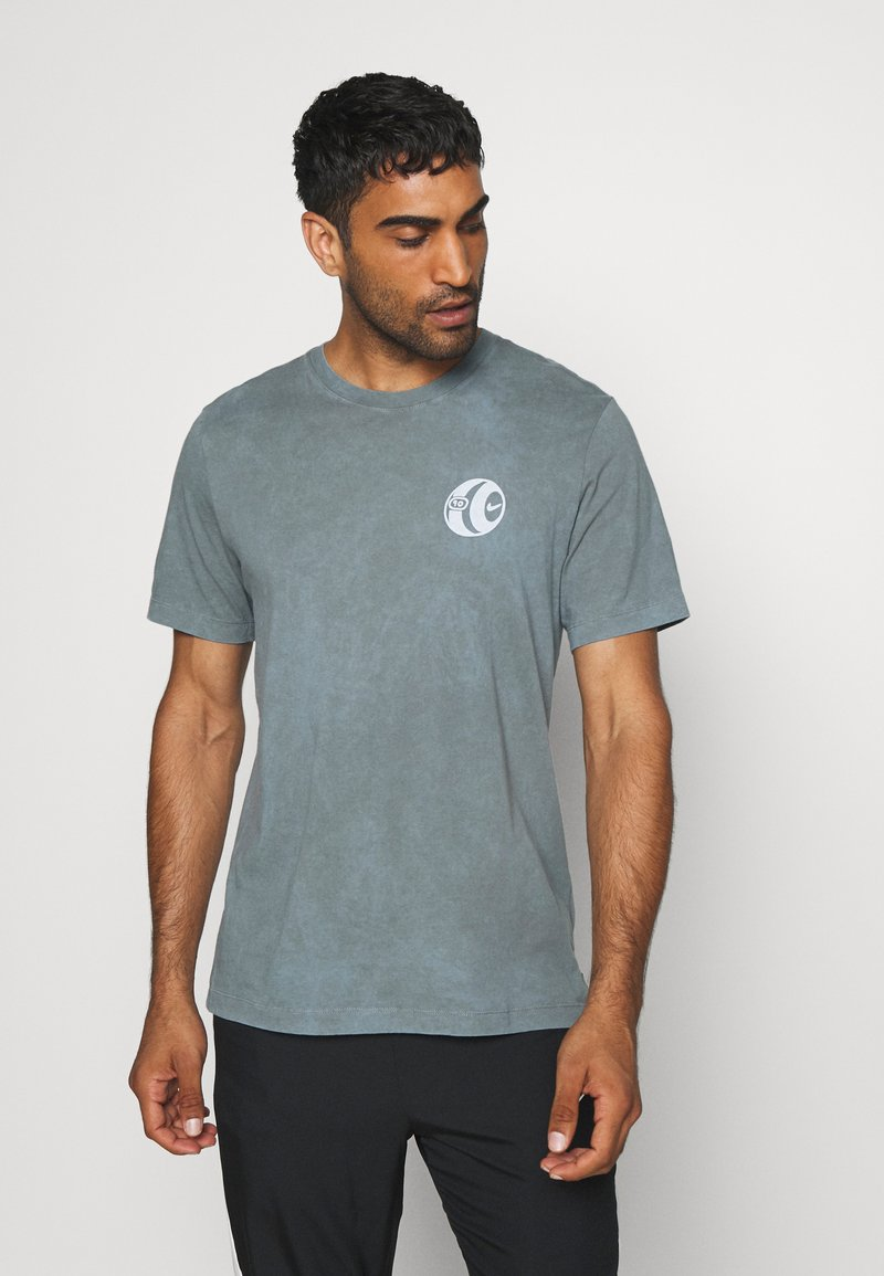 Nike Performance - FC TEE SEASONAL - Print T-shirt - smoke grey