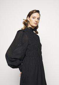 Victoria Beckham - LONG SLEEVE SMOCKED MIDI - Denní šaty - black - 6