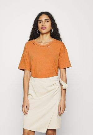 DISTRESSED BASIC TEE - Basic T-shirt - amber brown