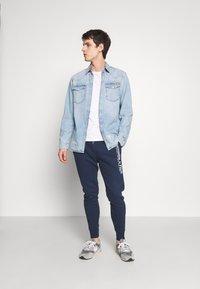 Abercrombie & Fitch - TECHNIQUE LOGO - Pantalones deportivos - navy - 1