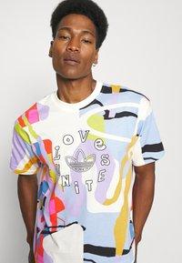 adidas Originals - LOVE UNITES UNISEX - T-shirt med print - multicolor - 3