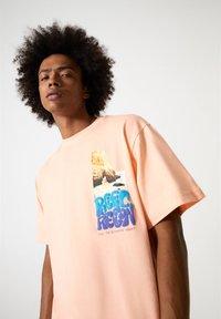 PULL&BEAR - MIT FARBLICH ABGESETZTEM SLOGAN - Print T-shirt - orange - 4