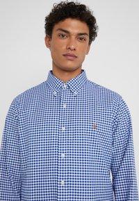 Polo Ralph Lauren - CUSTUM FIT OXFORD - Shirt - blue/white gingham - 4