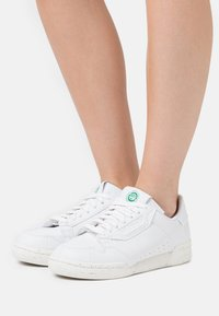 adidas Originals - CONTINENTAL 80 PRIMEGREEN VEGAN - Sneakers laag - footwear white/offwhite/green - 0