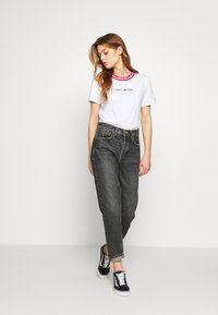 Tommy Jeans - CONTRAST RIB LOGO TEE - T-shirts med print - white - 1
