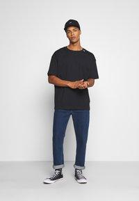 RETHINK Status - UNISEX OVERSIZED - T-shirt med print - black - 1