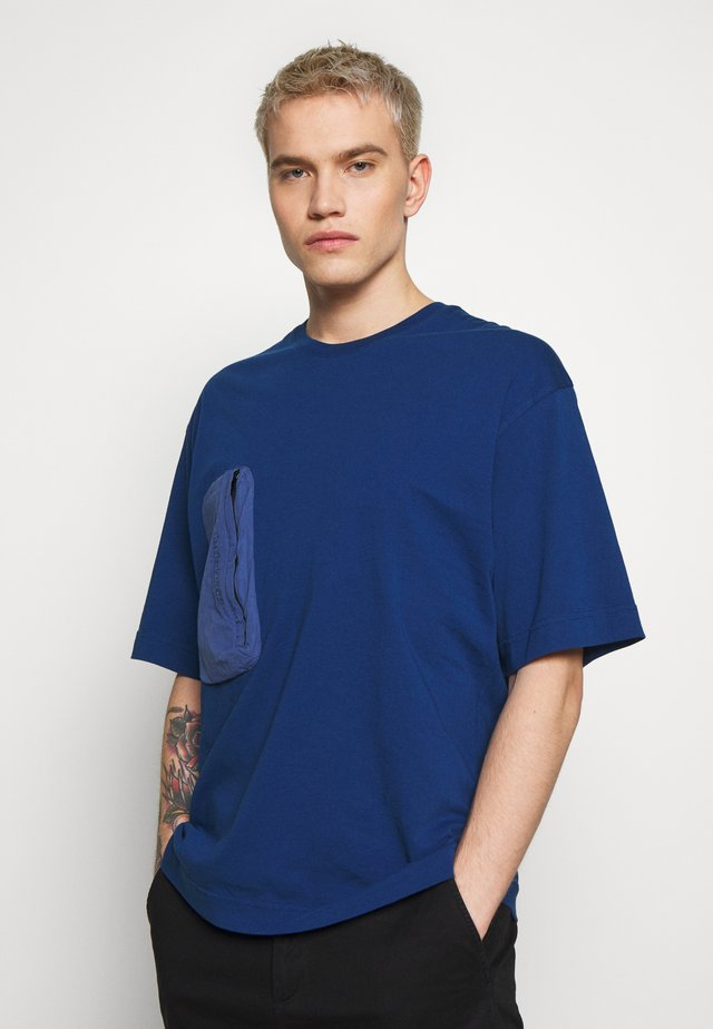 COMB TEE - T-shirts - cimmerian blue