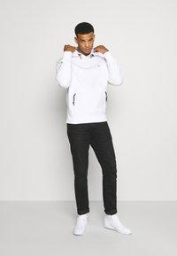 Tommy Jeans - DETAIL HOODIE UNISEX - Bluza z kapturem - white - 1