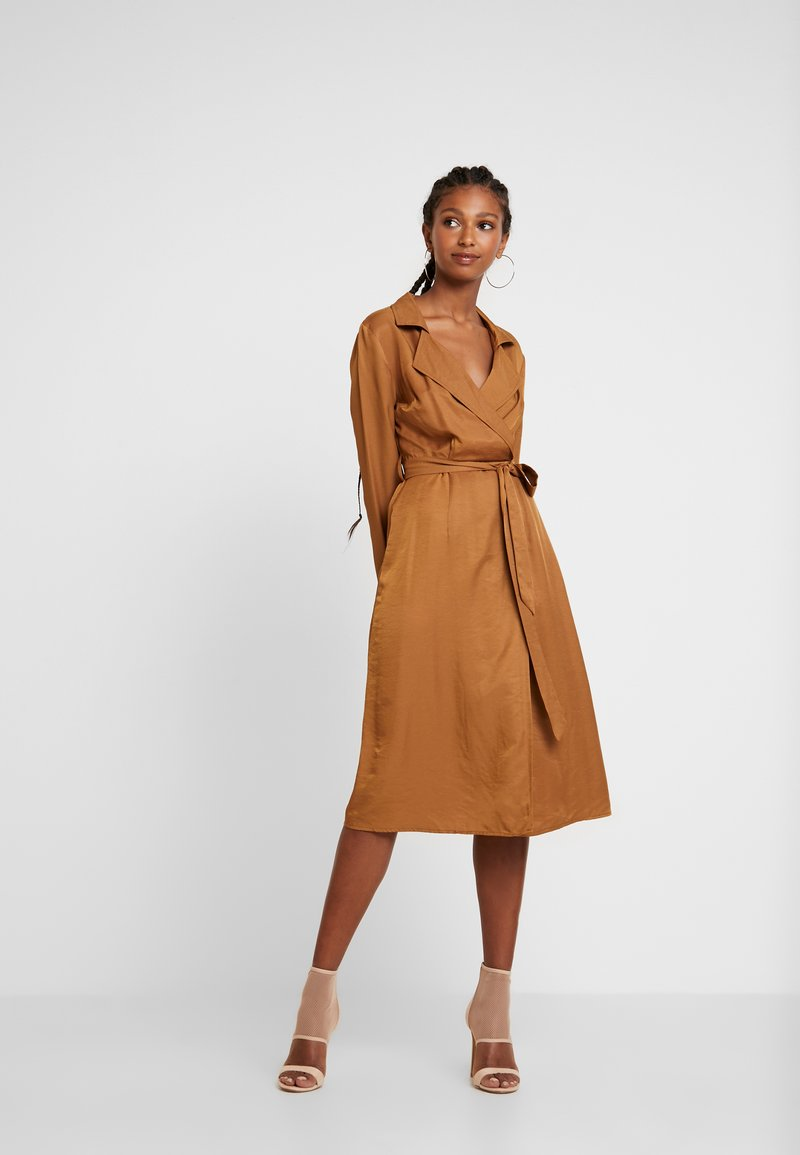 Missguided - PLUNGE BELTED SLIT FRONT MIDI DRESS - Blousejurk - sand