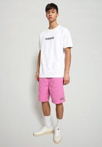 Napapijri - S-BOX   - T-shirt med print - bright white - 1