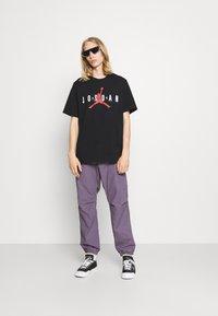 Jordan - JORDAN AIR TEE - Print T-shirt - black/white/gym red - 1