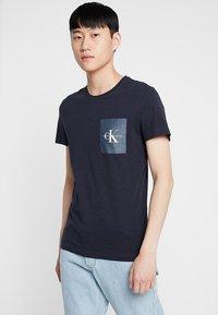 Calvin Klein Jeans - MONOGRAM POCKET SLIM TEE - Print T-shirt - blue - 0