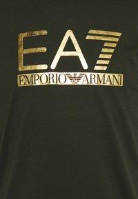 EA7 Emporio Armani - Print T-shirt - olive/gold - 6