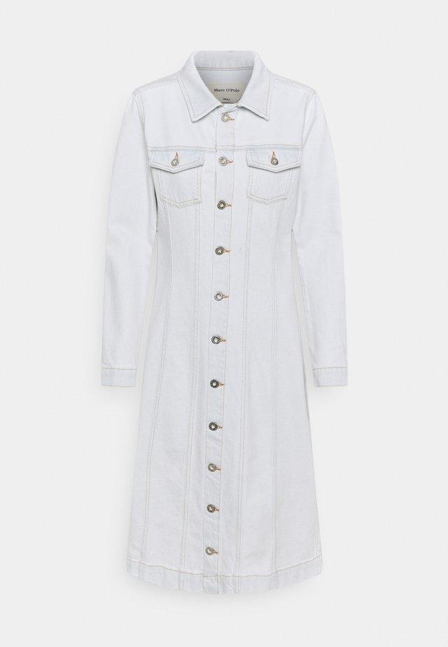 DRESS SHAPED FIT - Denimové šaty - light blue authentic wash