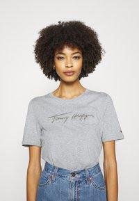 Tommy Hilfiger - REGULAR OPEN SCRIPT TEE - T-shirt print - light heather grey - 4