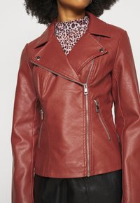 ONLY Petite - ONLMELISA BIKER - Faux leather jacket - red ochre - 4