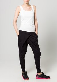 Casall - FLOW - Pantalones deportivos - black - 0
