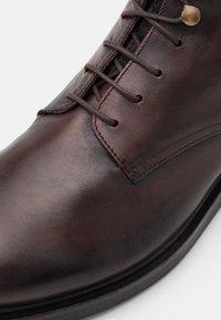 Hudson London - BATTLE - Snörstövletter - brown - 5