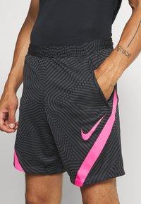 Nike Performance - DRY STRIKE SHORT - Sportovní kraťasy - black/anthracite/hyper pink - 4