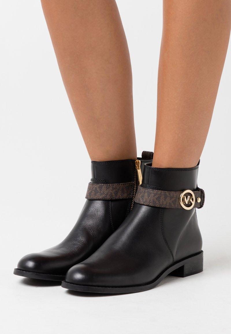 MICHAEL Michael Kors - ABIGAIL FLAT - Boots à talons - black/brown