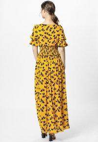 Apart - PRINTED DRESS - Robe longue - yellow/black - 2